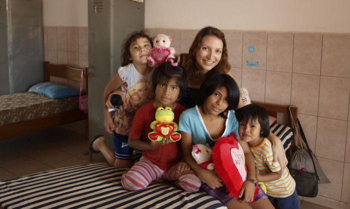 Lea Zimmermann mit 4 Kindern in Bolivien