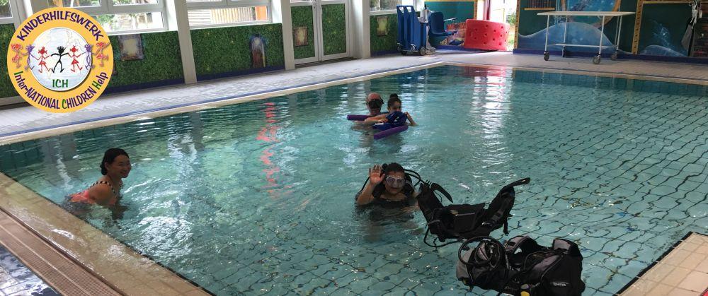Amira erhält in Soltau Schwimm- und Tauchtraining zur Verbesserung ihrer Gesundheit