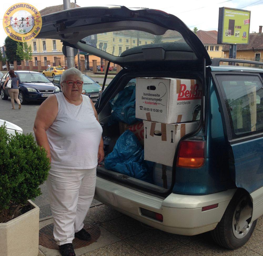 Dr. Susana Kulik übernimmt und verteilt Hilfsgüter