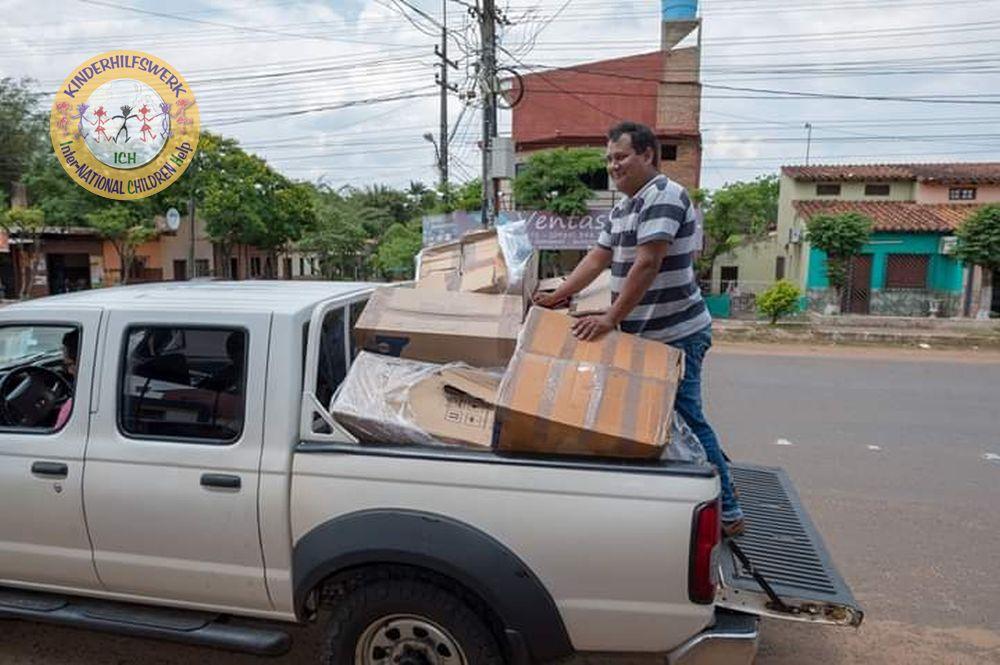 Hilfsgüter werden in Paraguay entladen