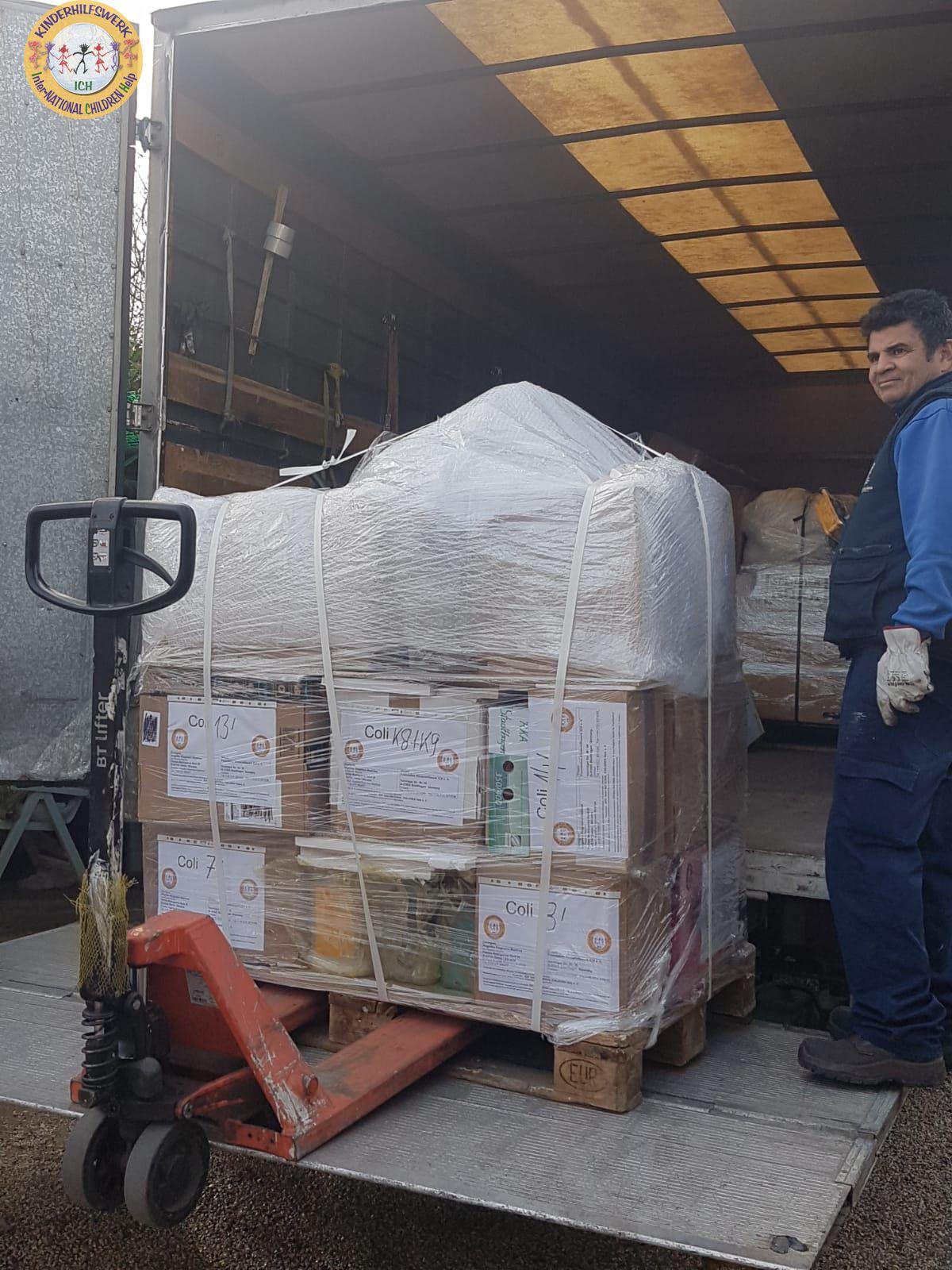 Große Paletten-Lieferung Hilfsgüter für spanische Waisenheime